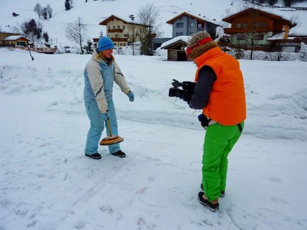 Alex beim Eisstockschießen, gefilmt von Eszter