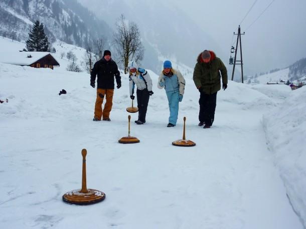 Peter, ich, Alex und Steve beim Eisstockschießen