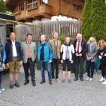 Gemeindevertreter und Landesrat Hans Mayr bei der Radwegeröffnung in Großarl