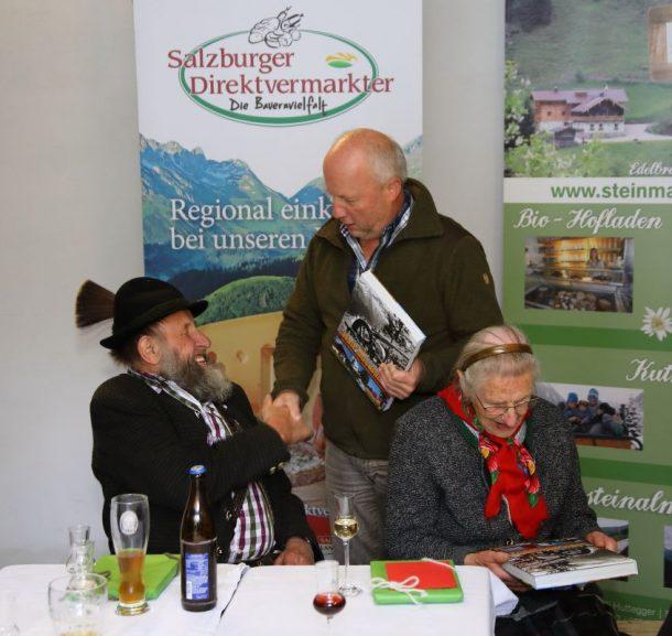 Bürgermeister Hans Toferer gratuliert Sepp und Kathi zu 60 Almsommer