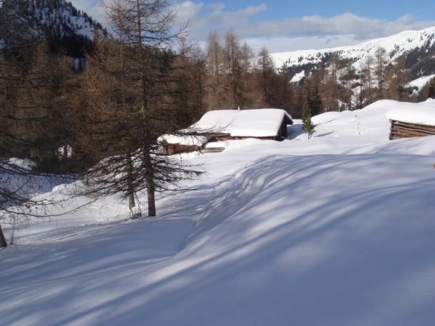 Tief verschneite Winterlandschaft in der Filzmoosalm