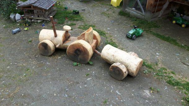 Traktor am Spielplatz der Kreealm-Bichlhütte