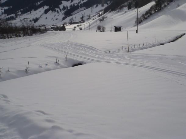 Wie ein Teppich zieht sich die Langlaufloipe durch die Winterlandschaft