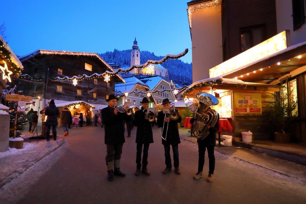 blaesergruppe_und_saenger_am_adventmarkt, Großarl